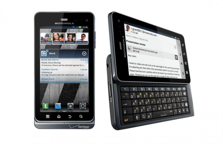 Motorola возродила винтажные мобильные телефоны сQWERTY-клавиатурой ввиде чехла-слайдера