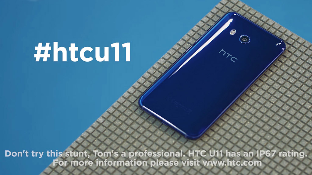 Мобильные телефоны так неумеют. Рекламу HTC U11, плавающего вбассейне, запретили
